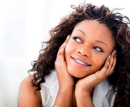 mujer pensativa: Retrato de una mujer hermosa negro so�ar despierto