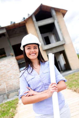 ingeniero civil: Ingeniero civil con planos en un sitio de construcci�n