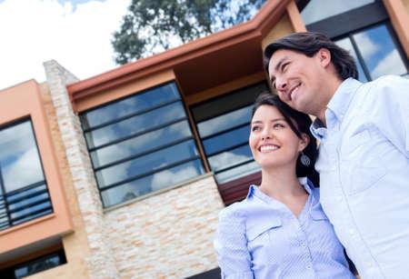 coppia in casa: Sognare ad occhi aperti Coppia di acquistare una bella casa