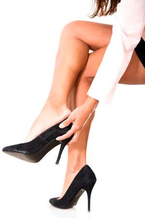 piernas con tacones: La mujer con tacones altos - aislados en un fondo blanco