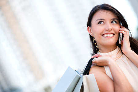 hablando por celular: Compras mujer hablando por su teléfono celular