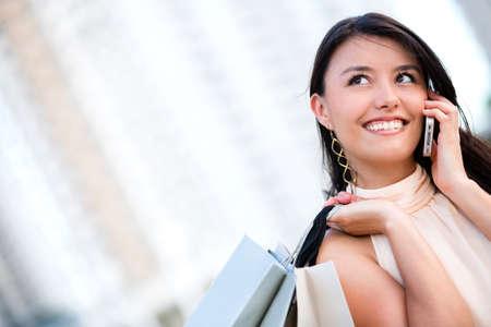 Shopping woman reden �ber ihr Handy