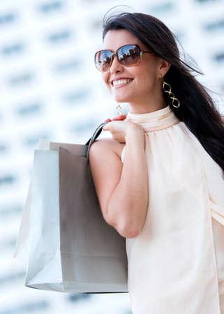 Sch�ne sommerliche Shopping Frau mit Taschen und l�chelnd