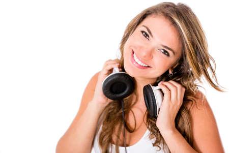 listening to music: Mujer DJ con los auriculares - aislados en un fondo blanco