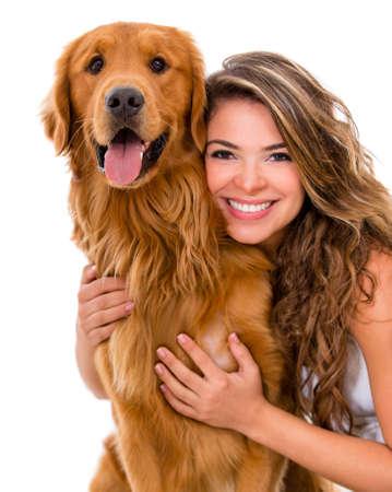 mujer perro: Mujer feliz con un perro - aislados en un fondo blanco