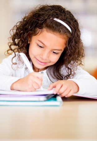 ni�os escribiendo: Ni�a estudiando en la biblioteca buscando feliz
