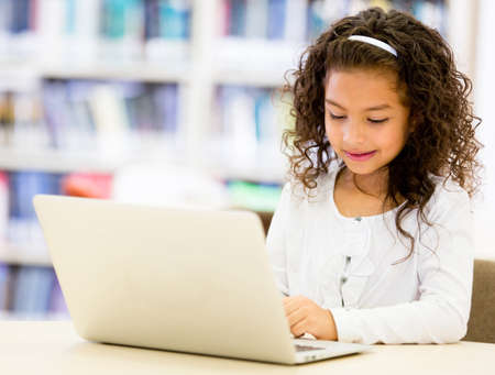 colegiala: Chica en la escuela utilizando un ordenador port�til cpmputer Foto de archivo
