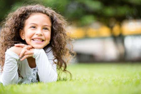 bambini pensierosi: Bella ragazza al parco in cerca molto felice