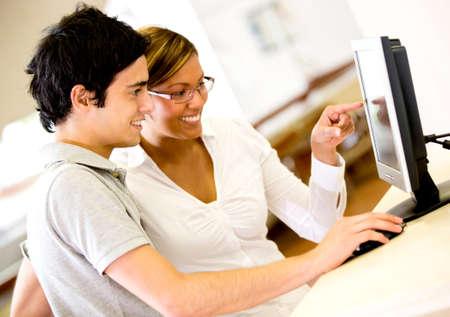 bibliotecas: Los estudiantes que usan una computadora en la universidad