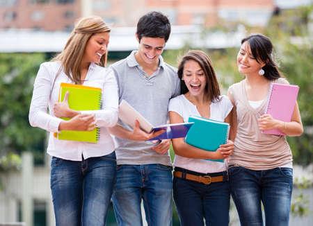 studenti universit�: Gruppo di studenti a piedi all'universit�
