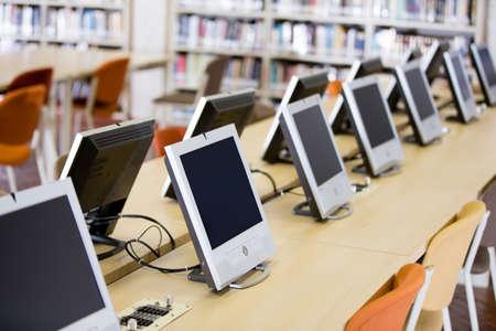 biblioteca: Computadoras habitaci�n en la universidad o en la biblioteca universitaria Foto de archivo