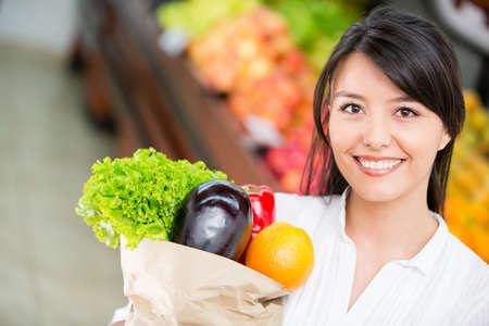 abarrotes: Mujer de compras en el supermercado latino en el mercado