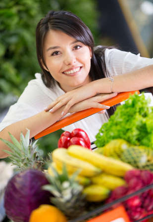 carro supermercado: Mujer sana compras de comestibles en el supermercado Foto de archivo