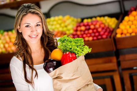 Casual woman Einkaufen und suchen gl�cklich
