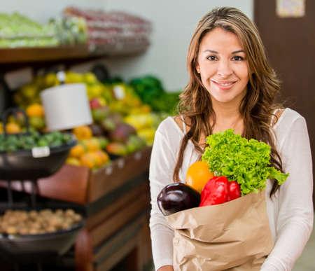 abarrotes: Mujer de compras en el mercado local