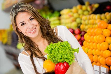 supermercado: Mujer feliz en el supermercado comprando comestibles