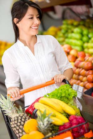 groceries: Cliente Mujer en el supermercado con un carrito de la compra Foto de archivo