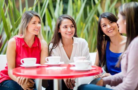 mujer tomando cafe: Grupo de mujeres hablando sobre una taza de caf�