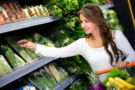 supermercado: Mujer feliz de compras en el supermercado