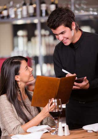 meseros: Mujer pedir comida al camarero en un restaurante