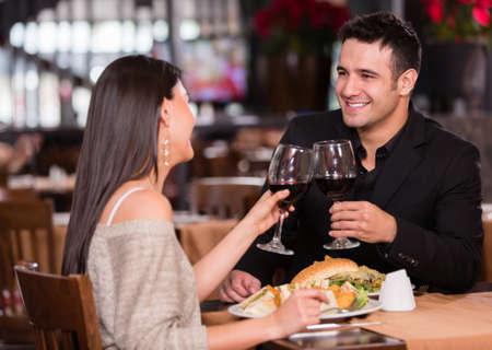 romantic dinner: Couple en train de dîner dans un restaurant et porter un toast