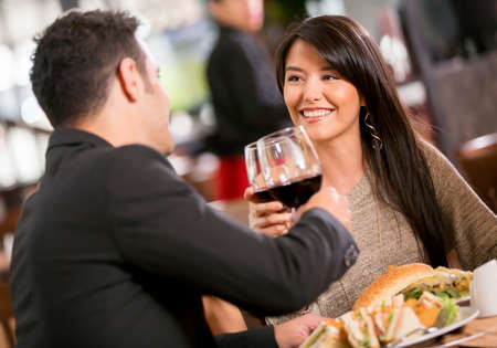 diner romantique: Couple dans un d�ner romantique dans un restaurant