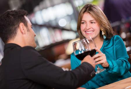 diner romantique: Couple ayant un dîner romantique au restaurant