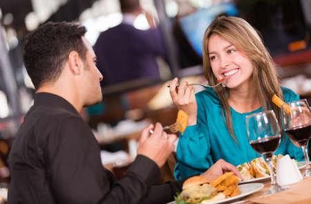 diner romantique: Amis de manger dans un restaurant et l'air heureux Banque d'images