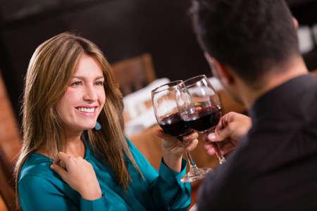 diner romantique: Beau couple sur une date grillage et l'air heureux
