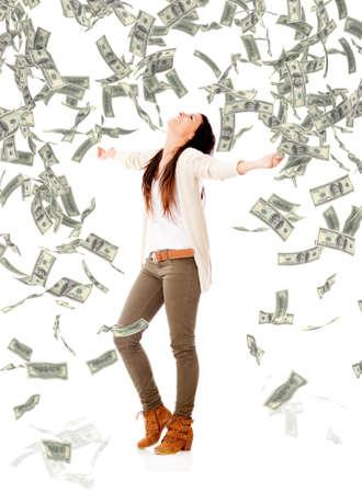 loteria: Emocionado mujer bajo una lluvia de dinero - aislados en un fondo blanco