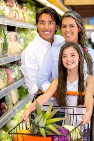 Šťastná rodina nakupování potravin na místním trhu photo