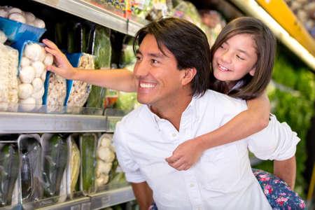 ni�os de compras: Padre e hija comestibles compras en el supermercado