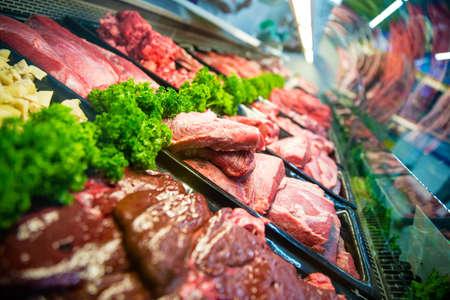 carne cruda: Carne fresca sin procesar rojo en la carnicería