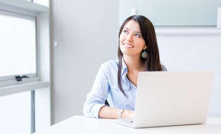 pensativo: Empres�ria Penisve trabalhando no escrit�rio em um laptop