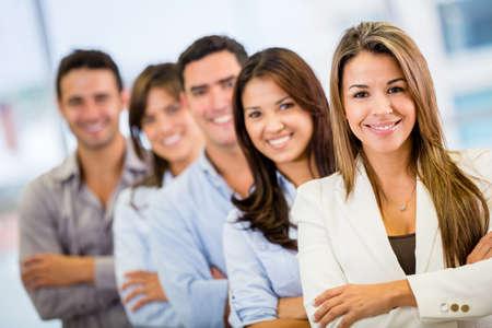 grupo de personas: Grupo empresarial en una fila en la oficina
