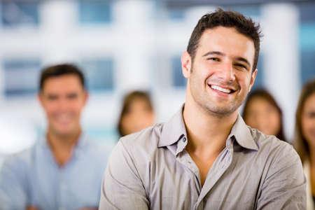 grupo de hombres: Hombre de negocios feliz con un grupo en la oficina