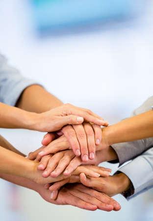 manos juntas: Grupo empresarial con las manos juntas - conceptos de trabajo en equipo