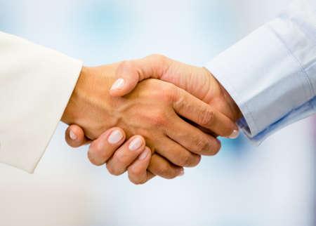cerrando negocio: Negocio apret�n de manos cerrando un acuerdo en la oficina