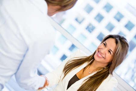 cerrando negocio: Mujer de negocios exitosa handshaking cerrar un acuerdo
