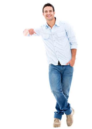 uomo felice: Uomo che si appoggia su qualcosa di immaginario - isolato su uno sfondo bianco