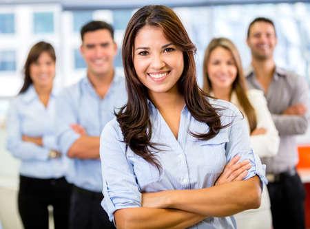 lead: Imprenditrice che porta una squadra di affari e sorridente