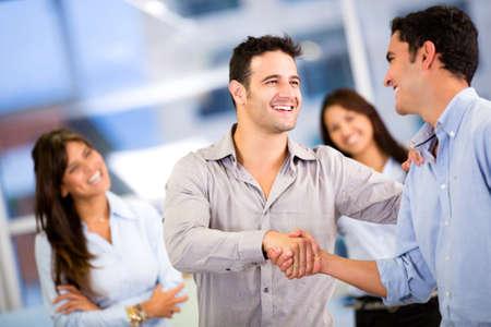 n�gocier: Poign�e de main de deux hommes d'affaires de cl�ture un accord au bureau