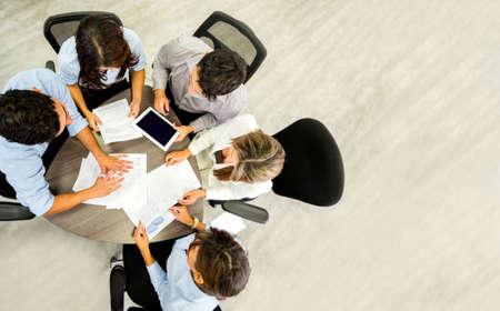 dolgozó: A sikeres üzleti csoport dolgozik az irodában