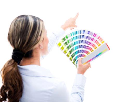 gamma: Mujer decorar la casa y elegir un color para la pared - aislado