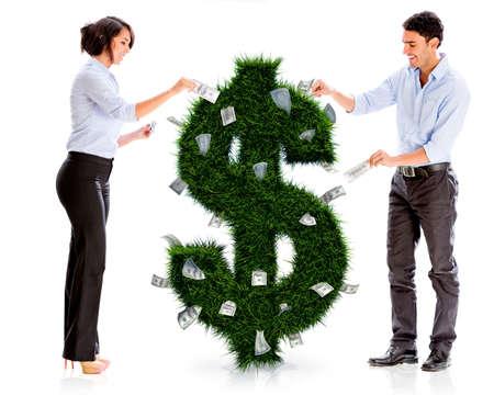 happy rich woman: Uomini d'affari con un impianto di denaro - isolato su bianco