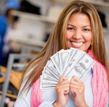 cash money: Shopping woman Rich sonriendo y sostiene un manojo de dinero Foto de archivo