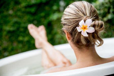 tomando: Mulher bonita que relaxa em casa e tomar um banho