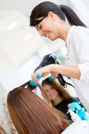 stilist: Kuaför güzellik salonunda kadının saçını üfleme