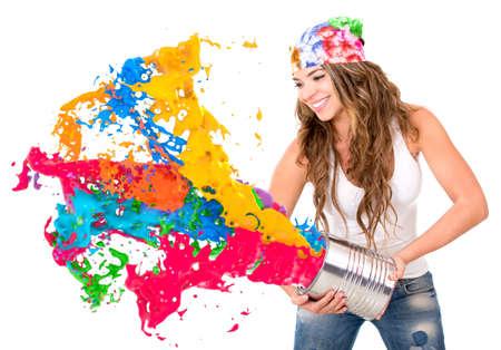pintor: Mujer salpicar colorido de la pintura de una lata - aislado sobre fondo blanco