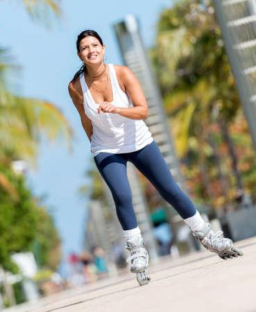 schaatsen: Sport vrouw schaatsen in openlucht het houden van een gezonde levensstijl Stockfoto